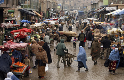 Afghan_market_teeming_with_vendors_and_shoppers_2-4-09
