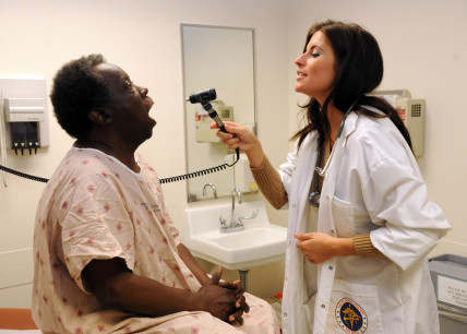US_Navy_110307-N-OV243-081_Nurse_practitioner_Tiffany_Holm_performs_a_routine_physical_on_Willie_Benjamin_at_the_Tricare_Outpatient_Clinic-Clairemo1