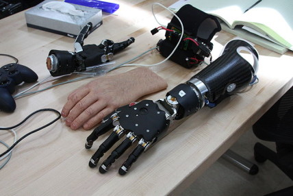 640px-Flickr_-_Official_U.S._Navy_Imagery_-_The_Modular_Prosthetic_Limb_MPL.